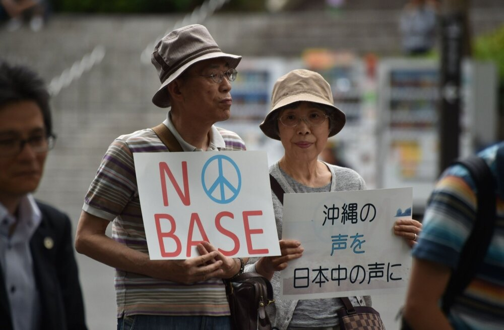 Kõik jaapanlased pole liitlassuhetest ameeriklastega vaimustuses. 2016. aastal protesteeriti laialdaselt Okinawa saarel asuvate USA baaside vastu.