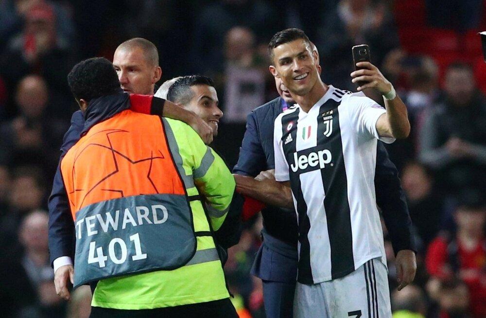 Cristiano Ronaldo teeb platsile jooksnud fänniga selfit