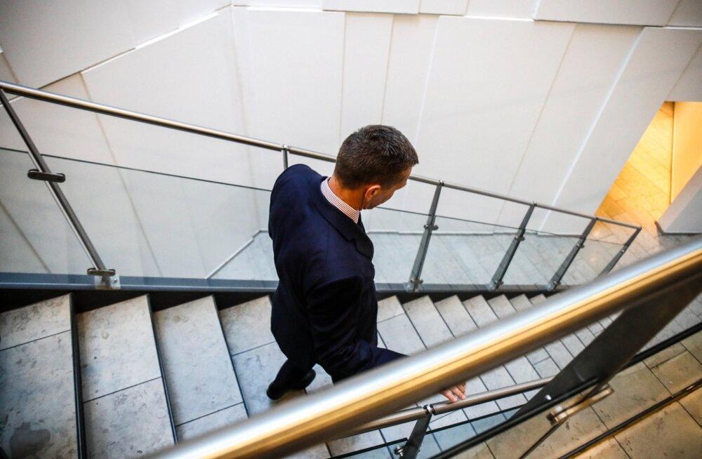 Sümboolne allakäik. Danske Banki nõukogu esimees Ole Andersen ei astunud ametist tagasi, sest tema arvates tekitaks panga juhi ja nõukogu esimehe üheaegne lahkumine probleeme.