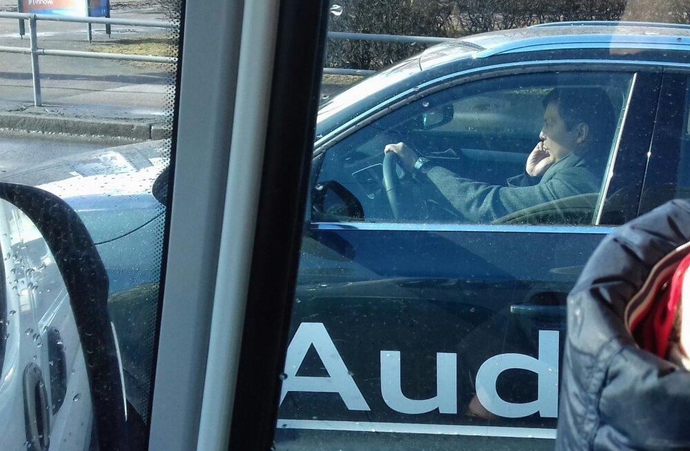 ФОТО: Михаил Кылварт разговаривает за рулем по мобильному телефону