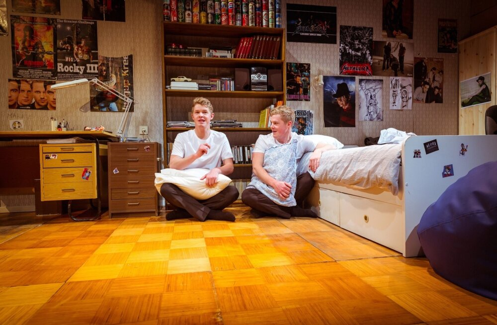 """""""Kriipsud uksepiidal"""" räägib ühe põlvkonna loo. Etendus toimub Linnateatri väikse saali laval, mis on sedapuhku magamistoaks kujundatud."""