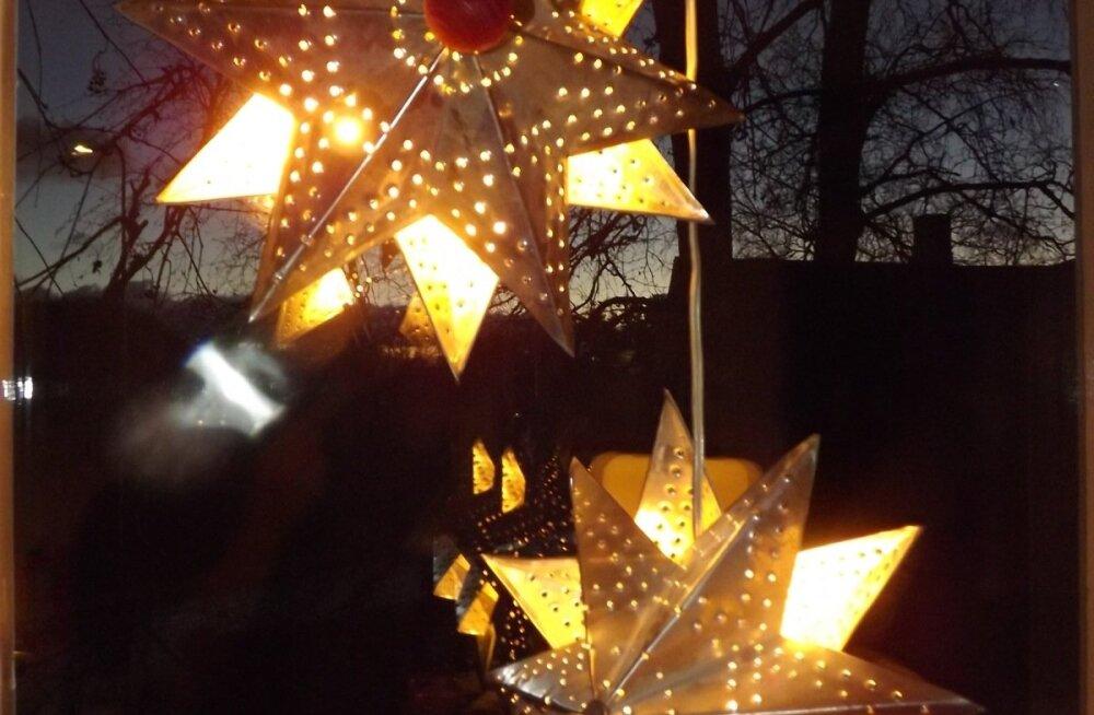Jõulutähti võib üles riputada ka mitme või paari kaupa.