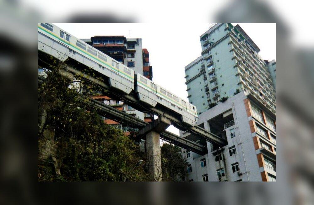 Vaatame tehnikaimele otsa: Pikim monorelss-raudtee sõidab läbi korrusmajadest