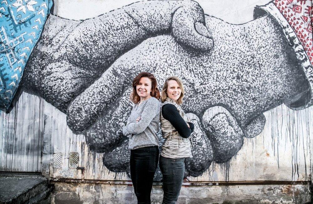 Mari Kontio (vasakul) ja Johanna Alanen soovitavad vanematel kiusamisest teatamisega mitte viivitada. Sellest tuleks lapse õpetajatele kohe teada anda.