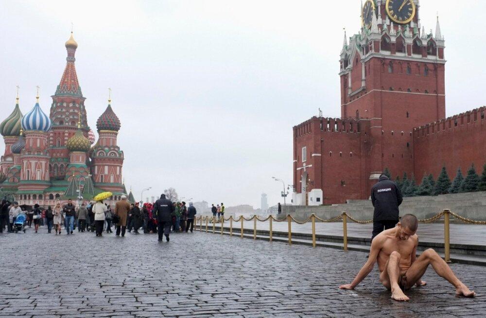 """30. juunil on eetris Vene režissööri Darja Hrenova film """"Pavlenski. Alasti elu"""". Pjotr Pavlenski, kaasaja Venemaa kõige mässavam kunstnik, on valinud oma performance'ite väljendusvahendiks enda keha."""