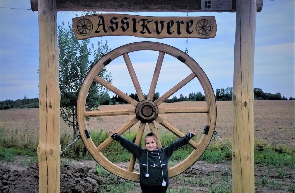 Merle Müüri fotol on Eha Merin Nõmm 1,8 meetrise läbimõõduga vankriratta ees