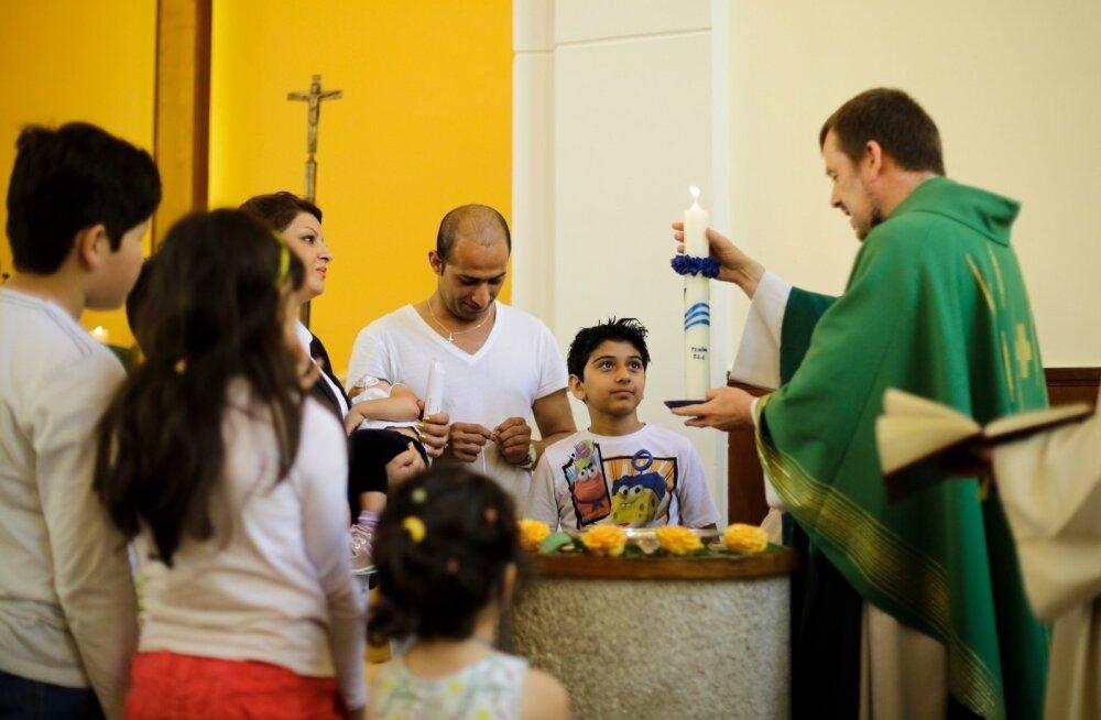 Pastor Gottfried Martens ristib Berliinis Iraanist pärit usuvahetajaid.