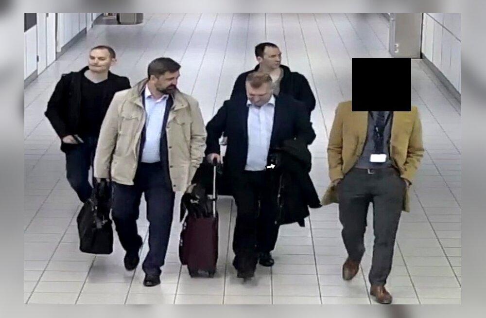 Hollandi võimud avalikustasid möödunud nädalal, et olid aprillis kolm päeva pärast saabumist riigist välja saatnud neli GRU töötajat. Hollandi kaitseministeeriumi fotol on näha, kuidas mehi lennule eskorditakse.