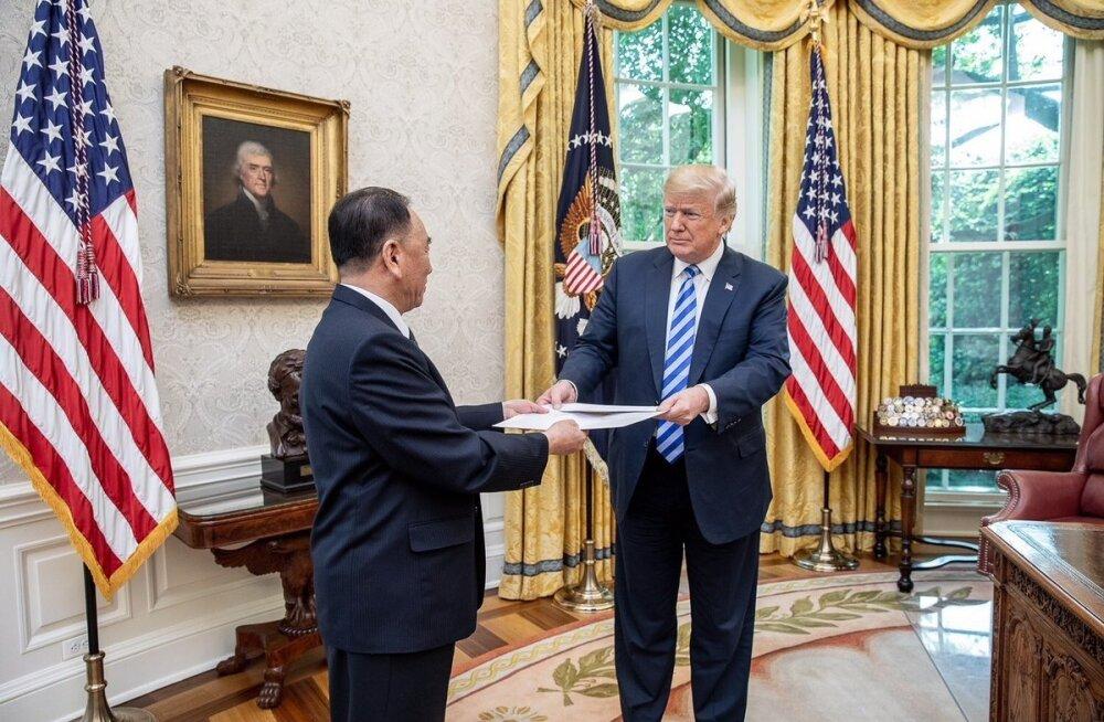 Põhja-Korea esindaja Kim Jong-chuli andis Donald Trumpile üle hiiglaslikus ümbrikus läkituse riigipea Kim Jong-unilt.