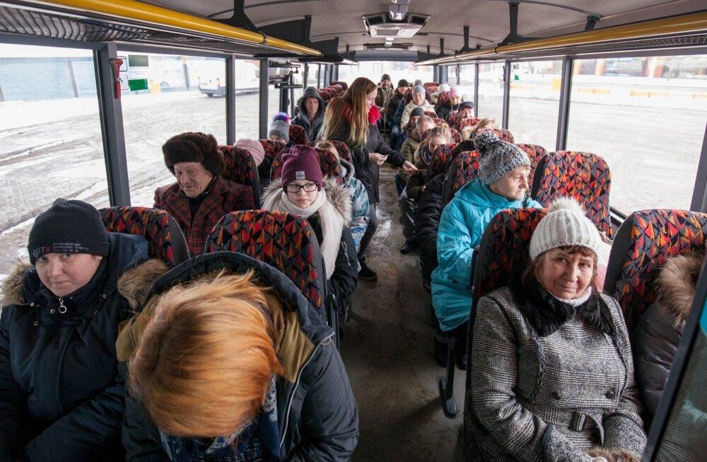 Rakverest bussiga Kunda sõitvatest reisijatest osa pidas tasuta bussisõidu plaani petukaubaks, kuid mitmed tundsid sellisest võimalusest ka heameelt.