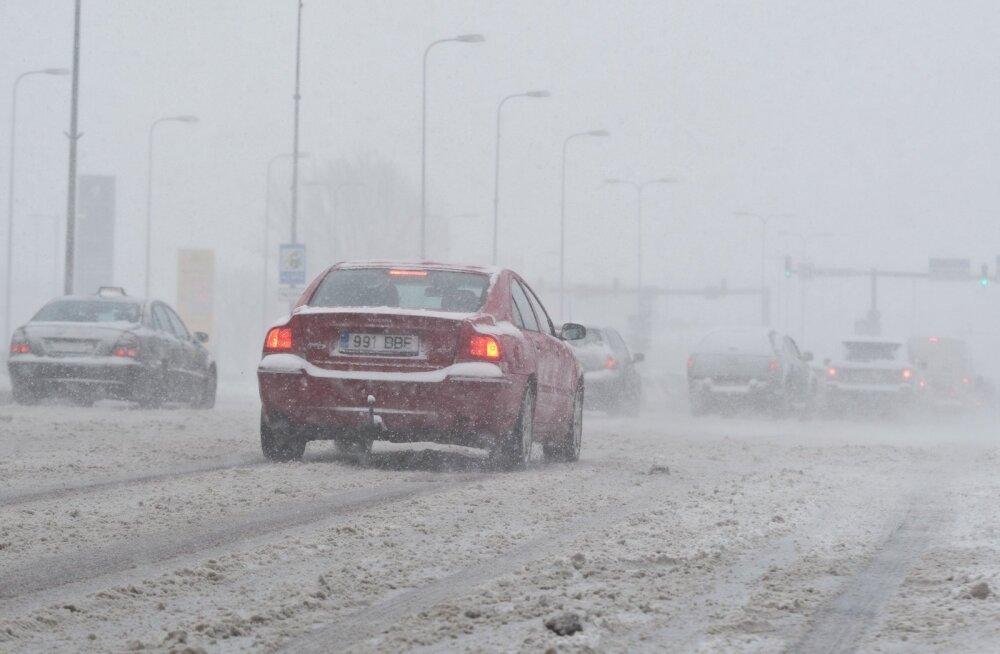 Teed on kuivad, aga lumesadu levib tasapisi üle Eesti, kohati tuiskab
