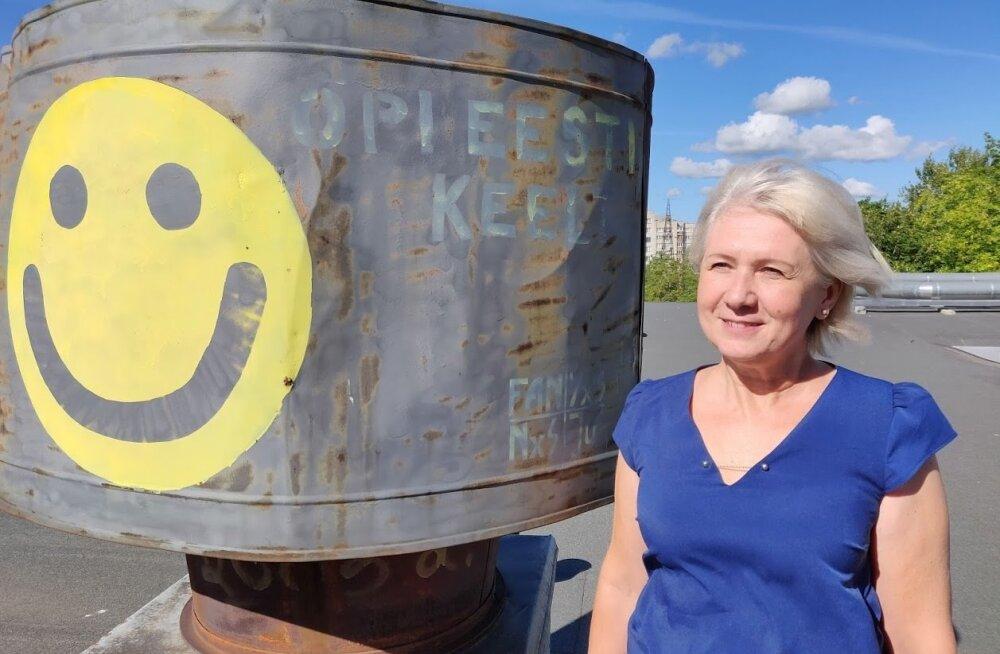 Narva Pähklimäe gümnaasiumi õppealajuhataja ja eesti keele õpetaja Olga Elksnin näitab üllatust, mille 2003. aastal lõpetanud lend talle keelekabineti akna taha mälestuseks jättis.