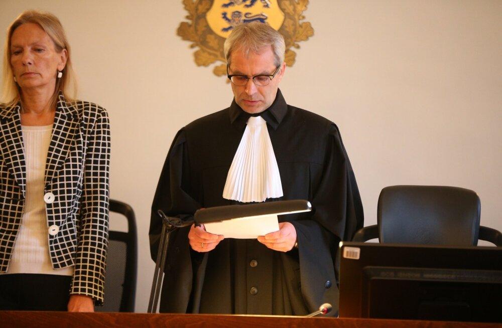 DELFI FOTOD ja VIDEO: Kohus mõistis Viljandi koolis õpetaja tapnud nooruki üheksaks aastaks vangi