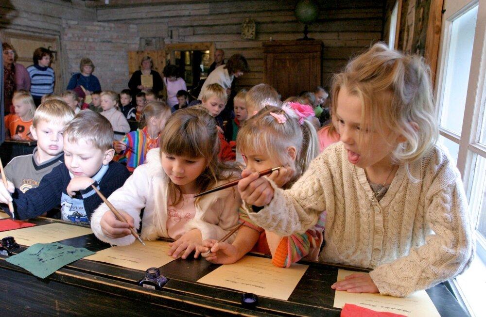 Sulega kirjutamine, nagu Palamuse ekskursioonidel lastele õpetatakse, on suur väljakutse.