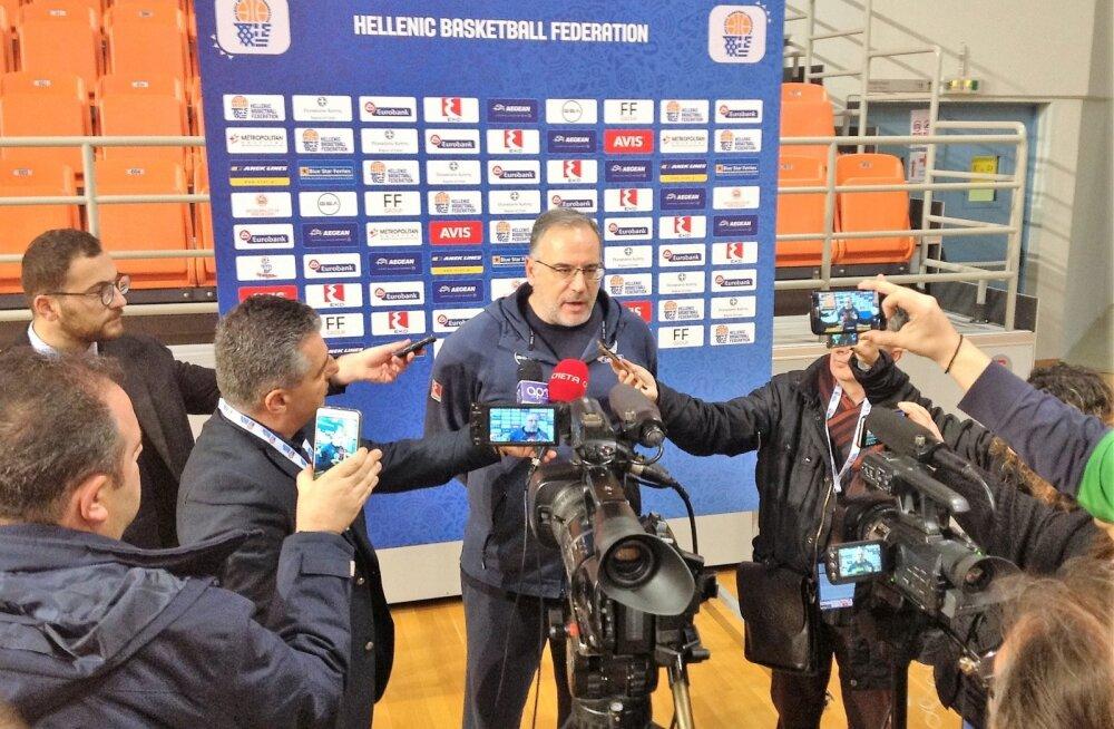 Kreeka korvpallikoondise peatreener ajakirjanike ees