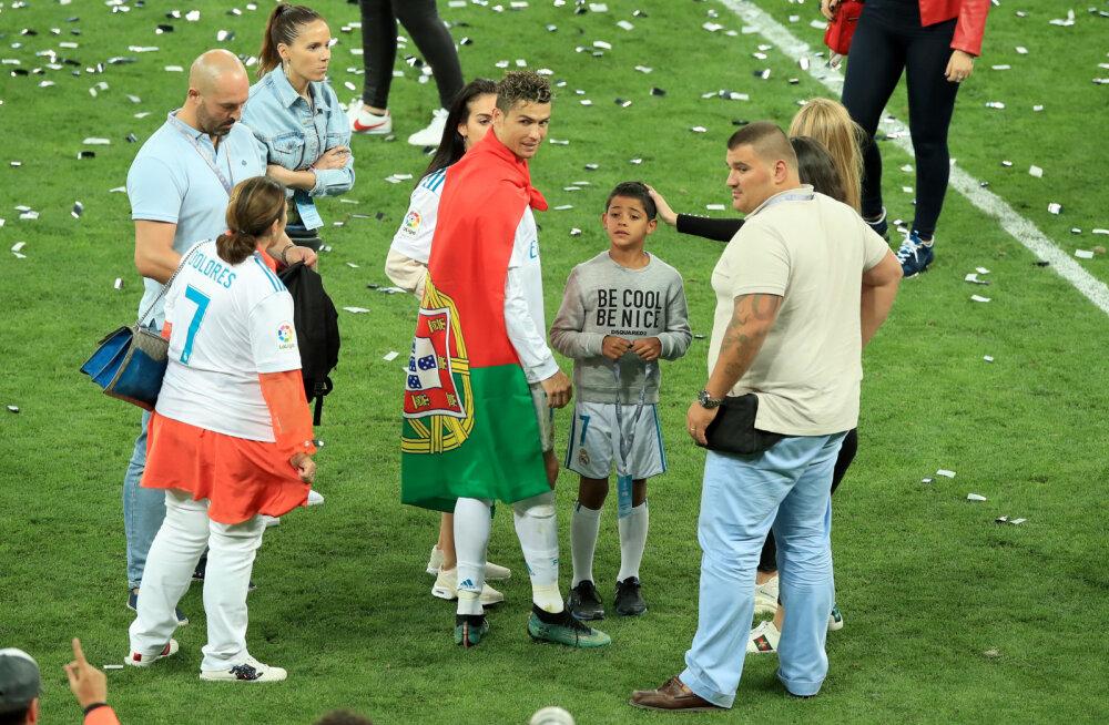Ronaldo seljatagust valvavad jalgpalli MM-il härjavõitleja ja MMA maadleja