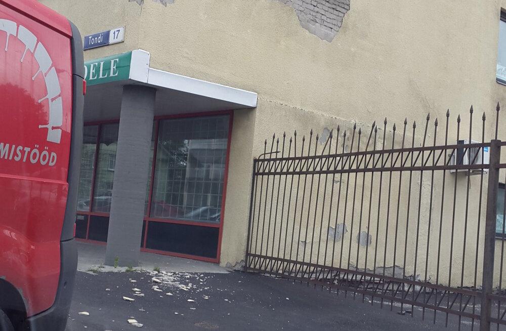FOTO | Tondi tänaval kukkus hoones toimuva remondi tõttu tänavale hunnik krohvi