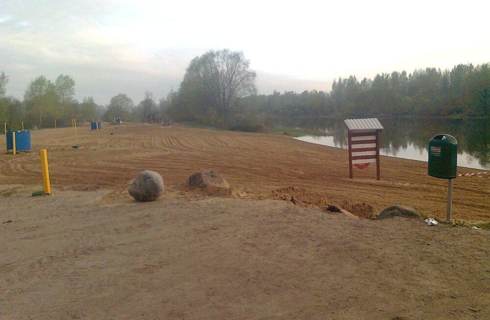 Emajõe kaldale, vaid kolme kilomeetri kaugusele Vorbusest rajati hiljuti korralik supelrand koos riietuskabiinide ja kõige selle juurde kuuluvaga.
