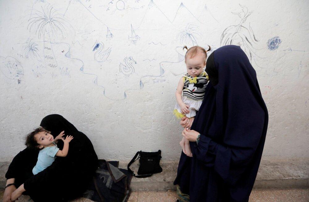 Zarima (paremal) on pärit Tšetšeeniast. Tema mees hukkus ISIS-e ridades ja nüüd elab ta koos tütrega Ain Issa laagris.