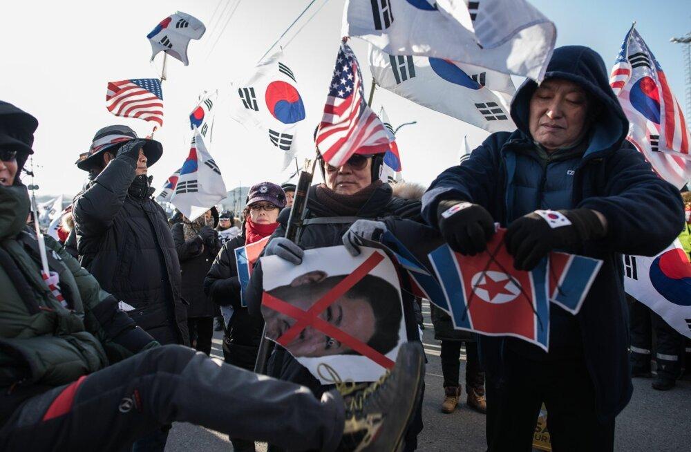Kahe riigi näilisest lähenemisest hoolimata võttis Lõuna-Koreas Mukho sadamas eile Põhja-Korea laeva vastu hulk protestijaid.