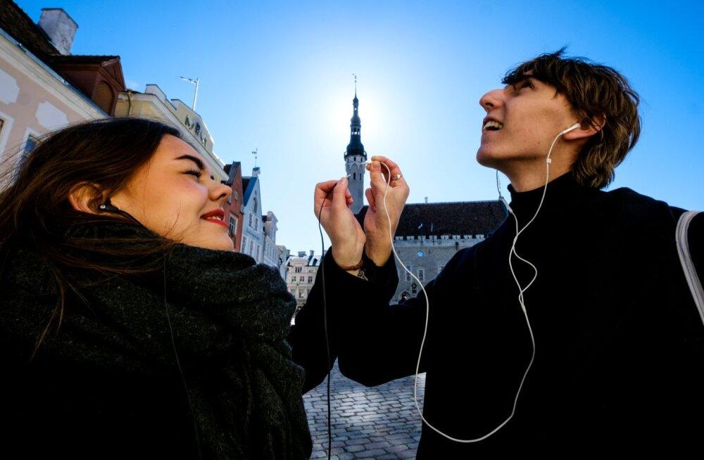 Micaela Saraceno ja Mihail Lustin kuulavad, mida Raekoja tornil öelda on.