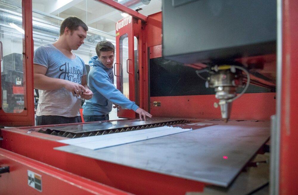 Tööstushariduskeskus. CNC lehtmetallitöötlemise operaatori eriala I kursus. Lehtmetalli laserlõikepilgil töötavad õpilased Rasmus ja Rando