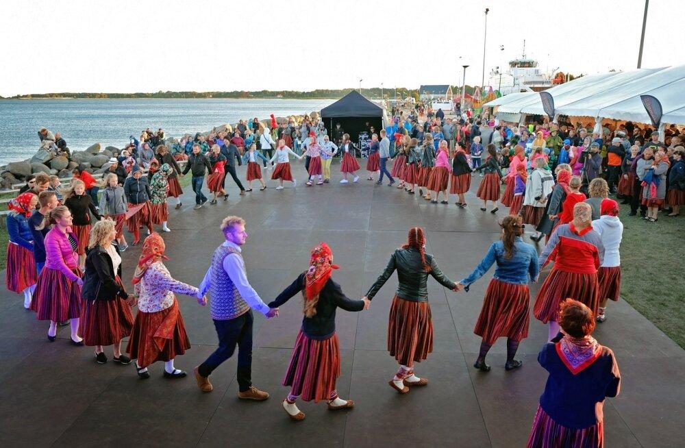 Hea näide kihnlaste ettevõtlikkusest on 2010. aastal sündinud Kihnu mere peo traditsioon, mis sai nime Järsumäe Virve kuulsa laulu järgi. Üritus on saanud sisse nii hea hoo, et sinna sõidetakse kohale kõikjalt üle Eesti.
