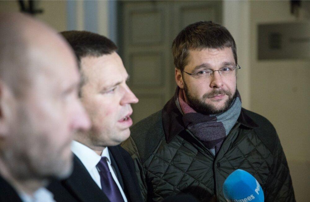 Sotsiaaldemokraatide esimees Jevgeni Ossinovski ei tahtnud eile toimunud arutelul räägitust väga palju avaldada. Küll aga arvab ta, et peaminister Jüri Ratase ja Isamaa esimehe Helir-Valdor Seederiga on võimalik leida üksmeel, et keegi ei peaks valitsuses