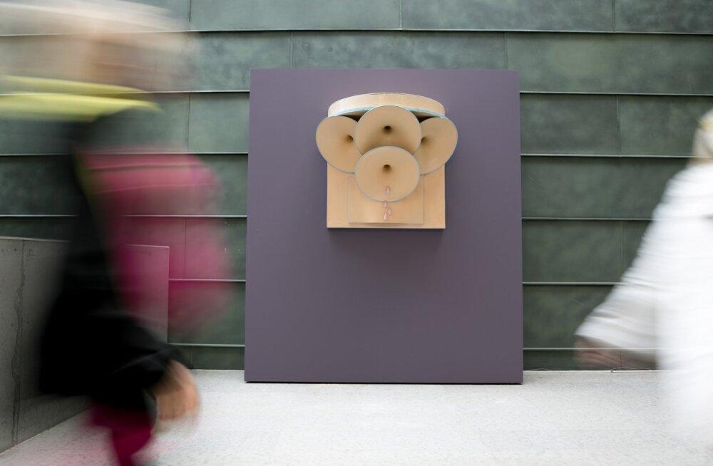 """Üks Kurismaa tuntumaid teoseid """"Helisid tilkuv seadeldis"""" (1975). Ruuporite kooslusena mõjuv objekt parodeerib nõukogude ajal avalikes ruumides olnud megafone. Valmistatud leidobjektidest ja mööbliesemetest."""