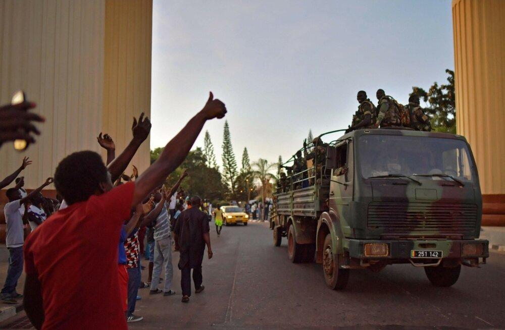 Pealinna Banjuli elanikud võtsid sissetungijad üleeile sõbralikult vastu.