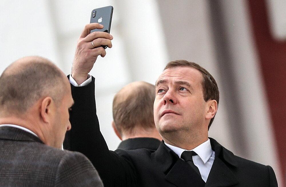 Медведев предложил запретить американские товары в ответ на санкции