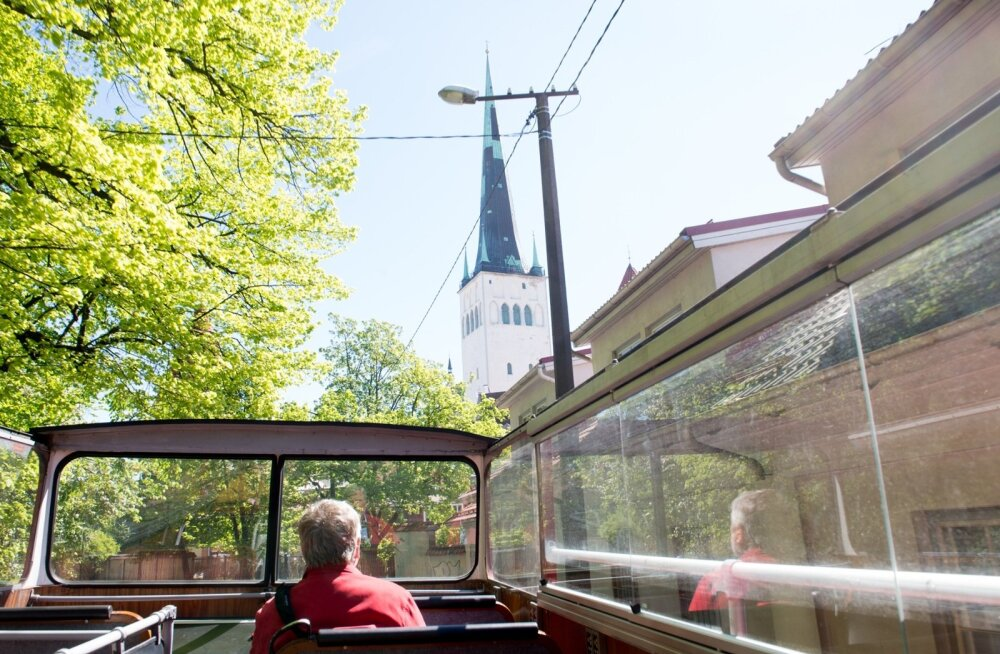 Turistid punase bussiga