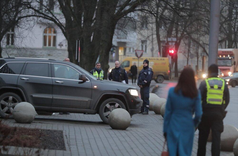 FOTOD SÜNDMUSKOHALT: Tallinna kesklinnas asuvale ärihoonele tehti pommiähvardus