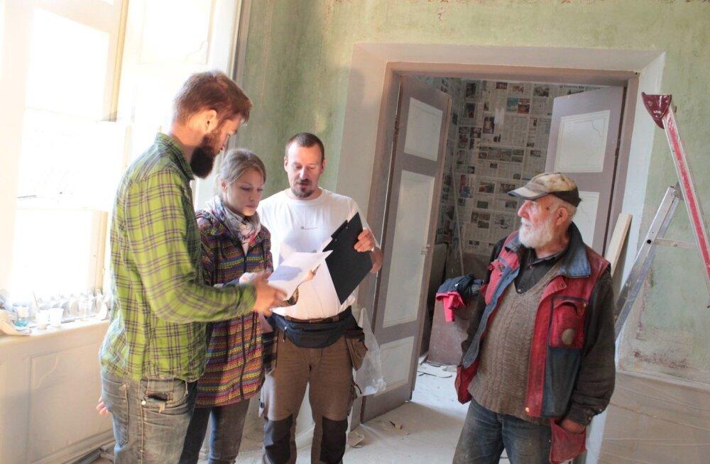 Mati Särglepp (paremal) sai õpingute ajal koos kursusekaaslastega renoveerida ka Suuremõisa mõisa peahoonet, mis on Hiiumaa ametikooli kodu.
