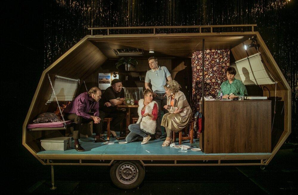 Meelis Rämmeld, Ago Anderson, Saara Nüganen, Ott Raidmets, Lii Tedre ja Karin Tammaru mängivad kuut tegelast, kelle ühiseks elupaigaks on kunstnik Nele Sooväli kujundanud autosuvila.