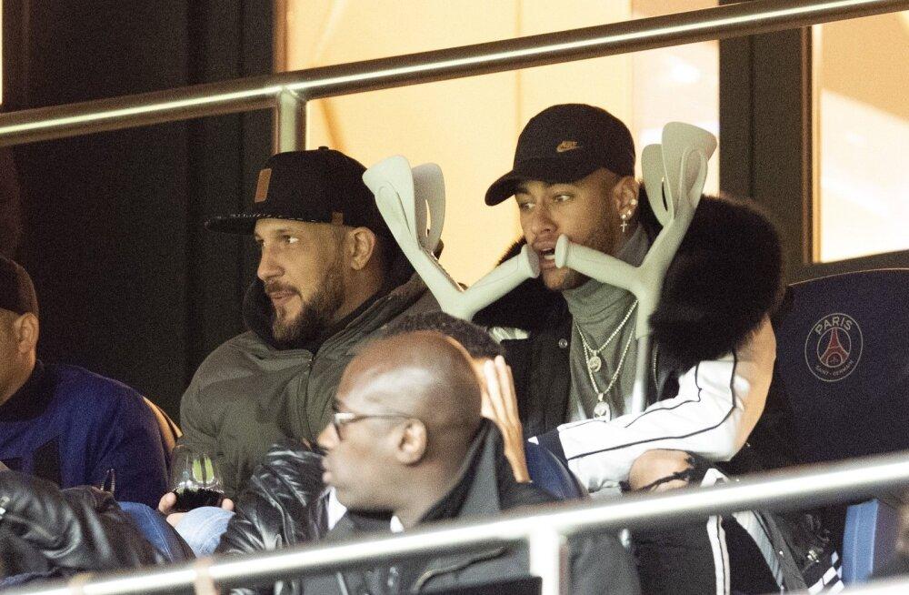 Neymar peab praegu ringi liikuma karkudega.