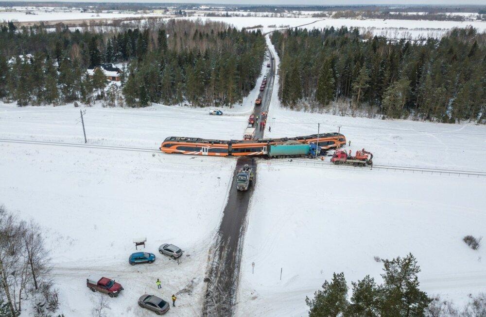 Kulna ülesõidukohal põrkasid nurkapidi kokku turbaveok ja reisirong.