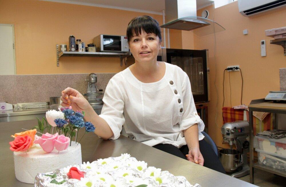 Esimene kursus, kuhu Elika Kiis läks, oli tordi kaunistamise kursus. Siiani vaimustab koogi kaunistamine teda väga, sest see on tõeline näputöö.