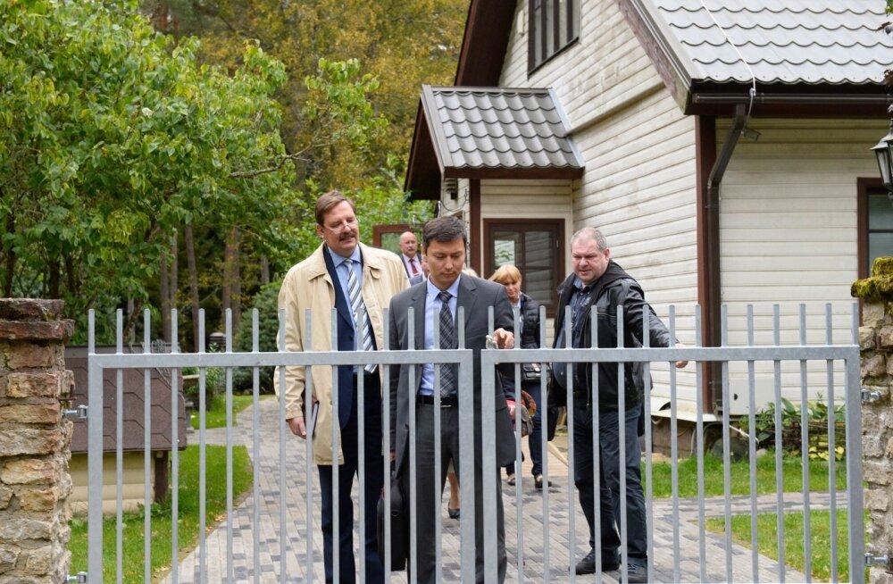 Hundisilma talust astub välja Tallinna linnavalitsuse esindus: (vasakult) Taavi Aas, Mihhail Kõlvart ja Ain Saarna, taamal Kalle Klandorf ja Jekaterina Fedkina.