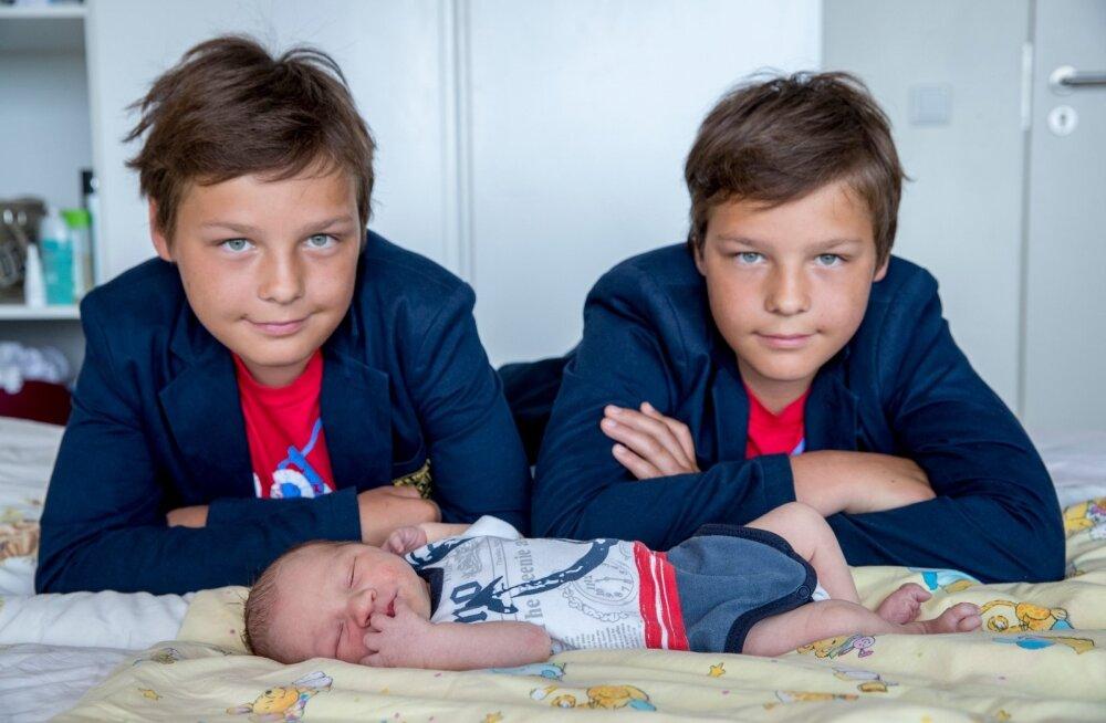Rasmus, Ramses ja Romet on sündinud Pelgulinna sünnitusmajas. Igaüht neist on kord tähistanud sinine täpike sünnitusmaja täpilaual.