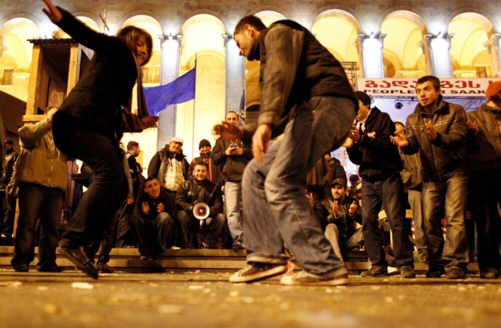 Thbilisi kesklinnas toimus mais protestireiv, mille põhjustas võimude narkovastane reid pealinna ööklubides.