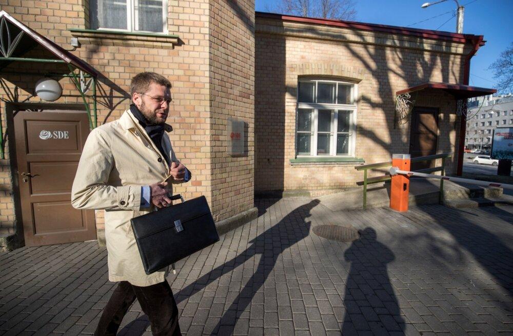 Jevgeni Ossinovski sammus eile valitsuskabineti nõupidamisele, portfellis plaan tervishoidu lisaraha toomise kohta. Plaan läks läbi.