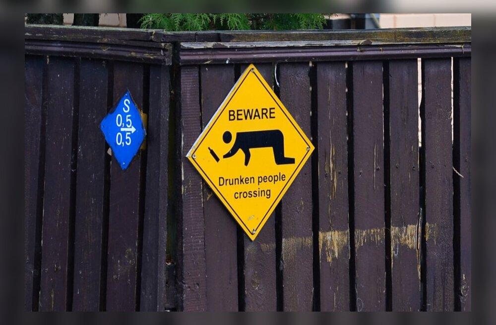 Tallinnasse, Maleva tänavale on paigaldatud hoiatussildid joodikute eest