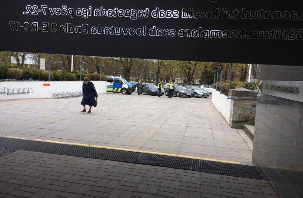 ФОТО: В Национальную библиотеку поступил звонок с угрозой о бомбе