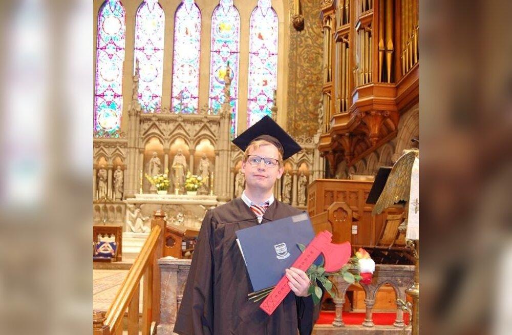 Yale'is lõpetas Kristo Ment astronoomia ja füüsika bakalaureuseõppe.