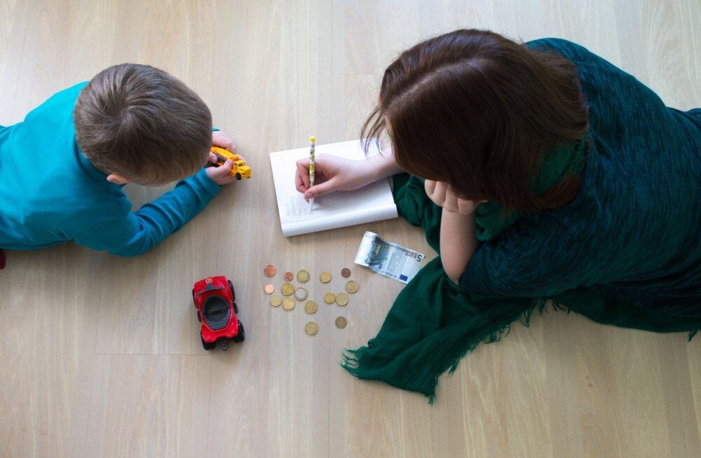 KOLUMN   Margit Adorf: üksikema ju peabki olema vaene! Üksikema laps aga nartsudes ja kurvameelne