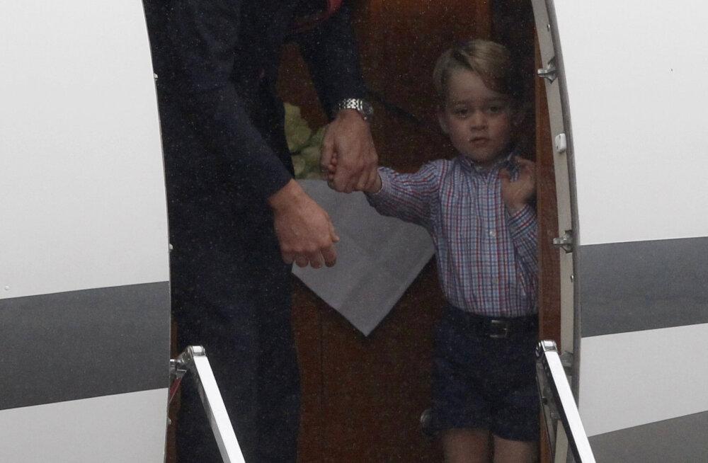 FOTOD | Kes meist uusi kohti ei pelgaks! Prints Williamil oli tükk tegu, et poeg ikka lennukist väljuks
