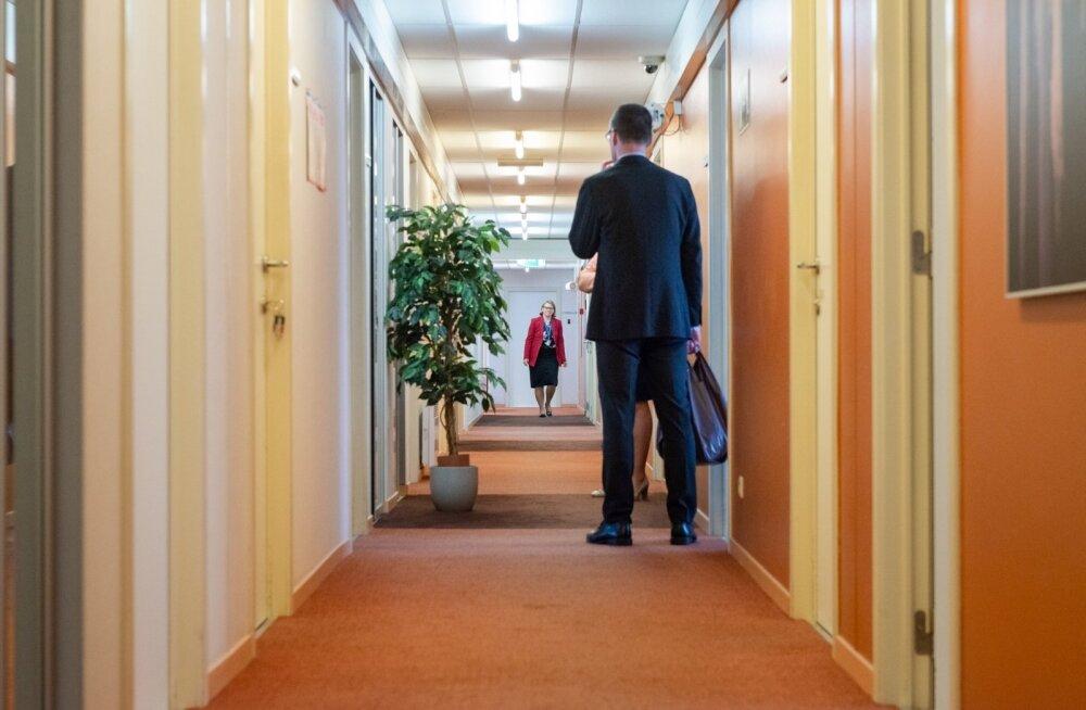 Suursaadik veel viimast korda vanas koridoris. Kas uue maja koridorid tähendavad energiasäästu ka jalavaeva mõttes, selgub peagi.