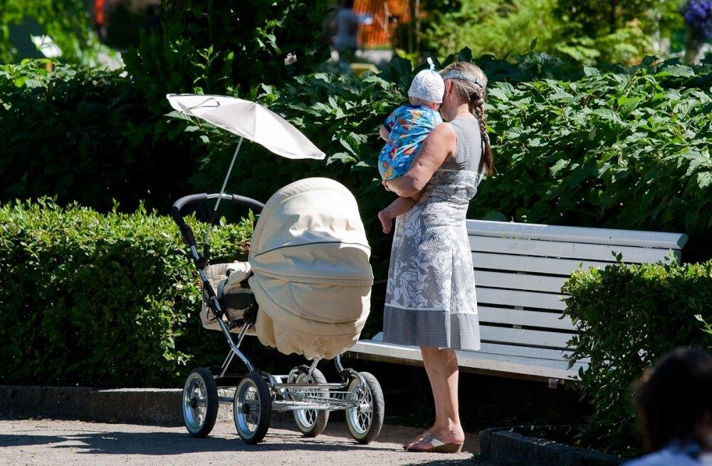 Ema lapsega pargis
