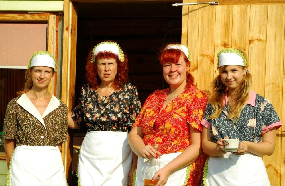 Toomemäe talu  piirakupuhveti perenaised Kerli, pereema Sirje, Meelike ja Laura Kruusamäe aasta 2013 kostipäival.